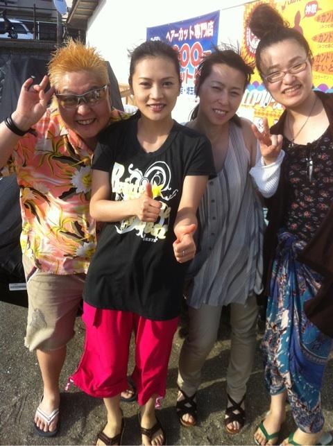 Takaco Inoue's blog (2012.07.17) — YUI at the Beach! 2012.07.17-Kaomeshi1027